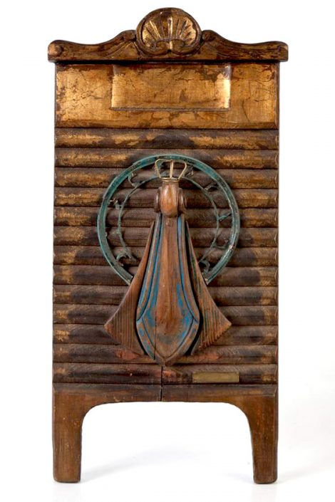 Obra de arte que representa a una virgen sobre tabla de lavar de madera