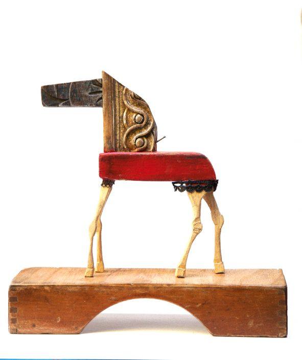 escultura y collage de caballo con diversos elementos