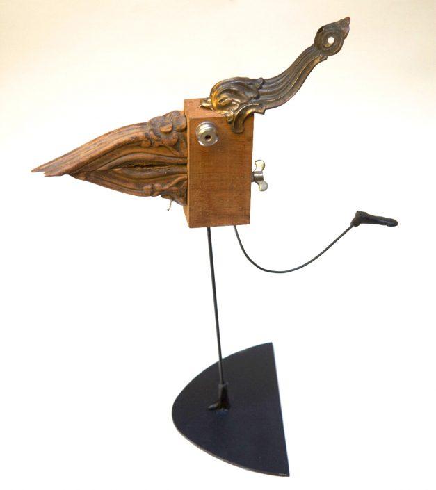 escultura y collage de pájaro con madera y hierro