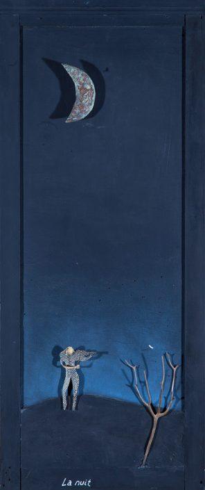 pintura y collage de media luna sobre fondo azul con árbol y señor debajo