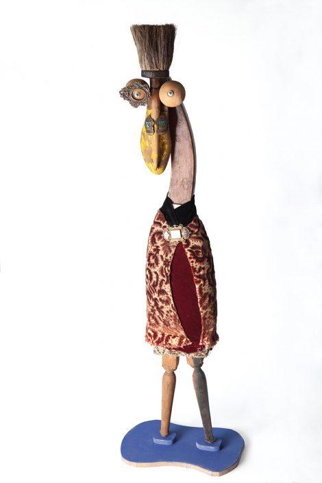 escultura de persona con gran nariz, hecha con elementos reutilizables