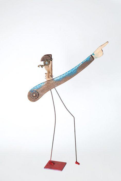 escultura de hombre con gran mano señalando, hecha con elementos de reciclaje