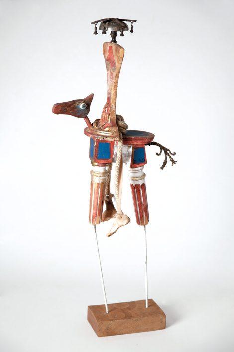 escultura de beduino hecha con objetos reciclados