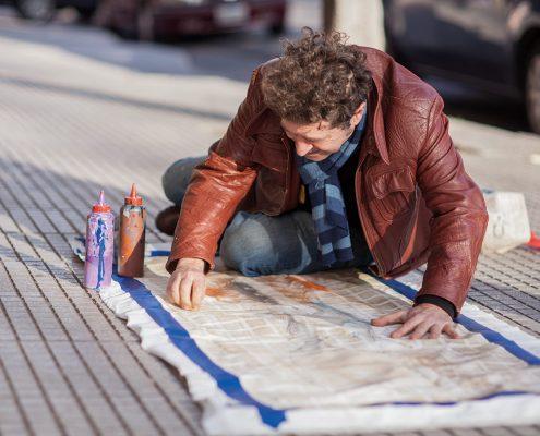 zeta haciendo stencil en la calle